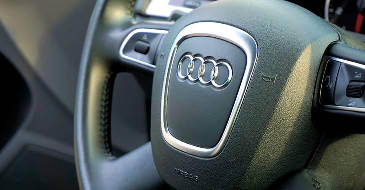 Audi automobil i logo ove kompanije na volanu