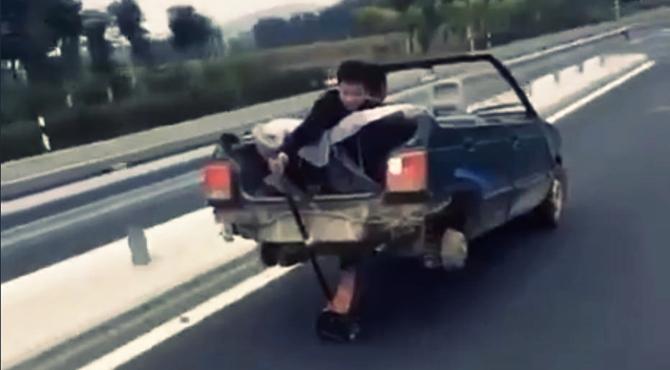 Dizalica za automobil umesto točkova - kinezi na autoputu