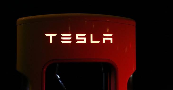 Logo i natpis kompanije Tesla