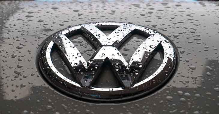Logo Volkswagena na haubi na kojoj je napadala kiša