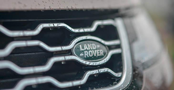 Land rover logo na automobilu