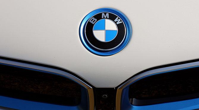 Logo bmw-a na haubi automobila