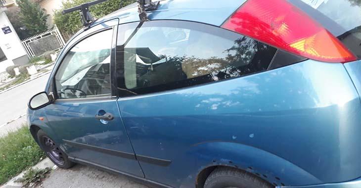 Fotografija plave ford fieste sa zadnje strane