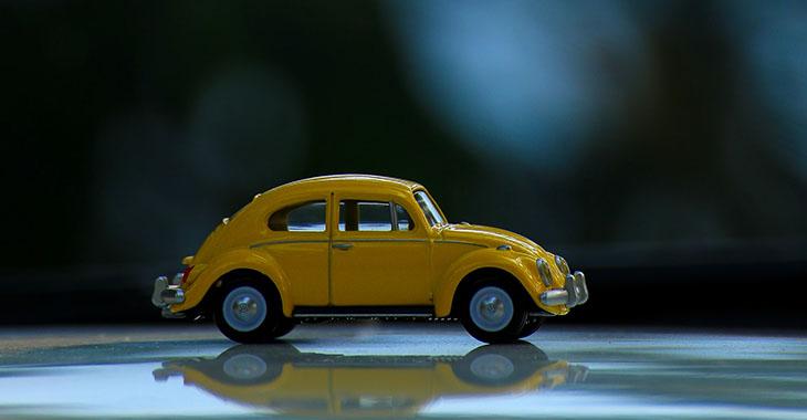 Igračka žutog buba automobila na stolu