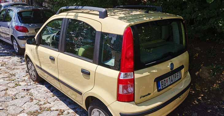 Žuti Fiat Panda automobil na parkingu