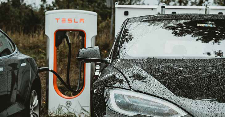 Crni automobil na punjenju na Tesla električnom punjaču