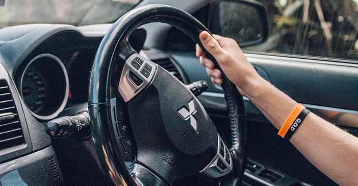Ruka na volanu Micubiši automobila