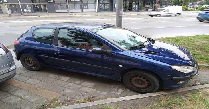 Bočni prikaz automobila Peugeot 206 na parkingu