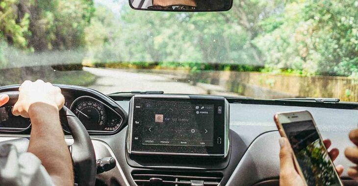 Vizual kabine automobila i displej ekrana tokom vožnje