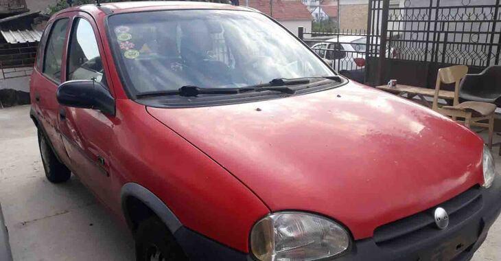 Crvena Opel Corsa B na parkingu bočni pregled