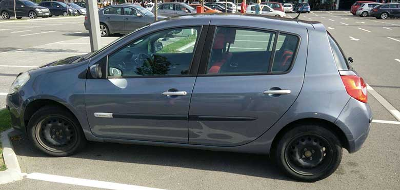 Levi bočni prikaz automobila Renaut Clio na parkingu