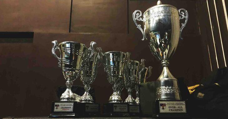 Vizual police na kojoj su poređani trofeji