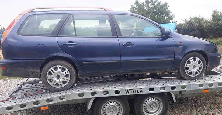Desni bočni prikaz plavog automobila Fiat Marea