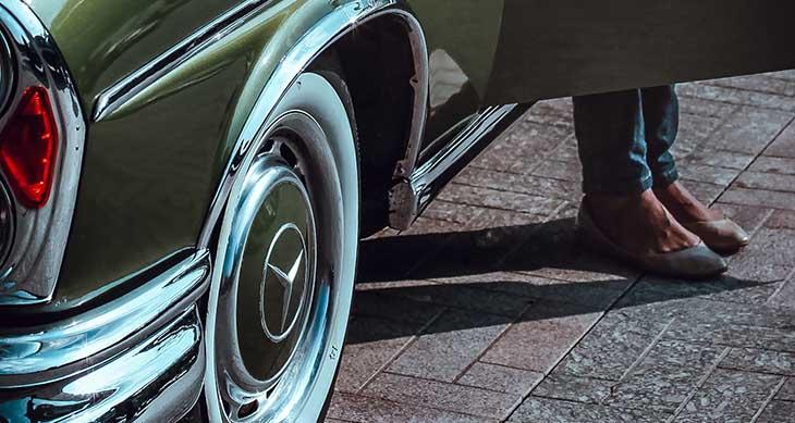 Prikaz zadnjeg desnog točka zelenog automobila Mercedes