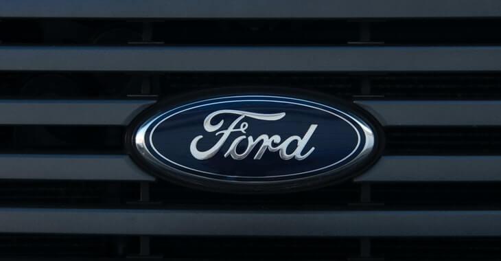 Prikaz Ford logoa na prednjem delu automobila