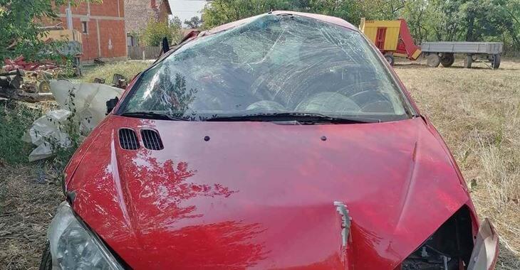 prednji prikaz havarisanog crvenog automobila Peugeot 206