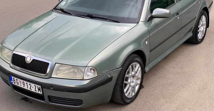 bočni prikaz sivog autotmobila Škoda Octavia 1999. godište