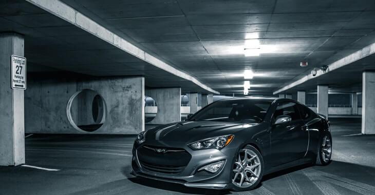 prikaz modernog sivog automobila u garaži