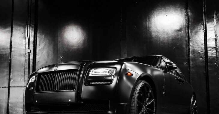 crni luksuzni automobil