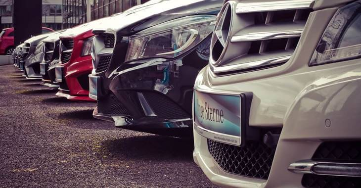 prikaz parkiranih modela Mercedes automobila