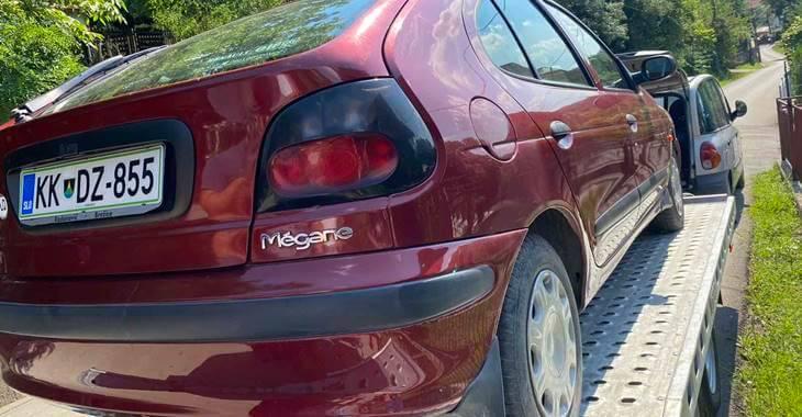prikaz crvenog automobila Renault Megane na prikolici