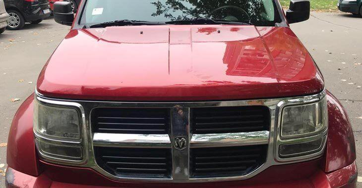 prednji prikaz crvenog automobila Dodge Nitro