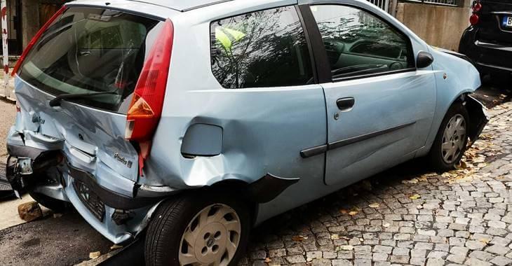 zadnja bočna strana automobila Fiat Punto