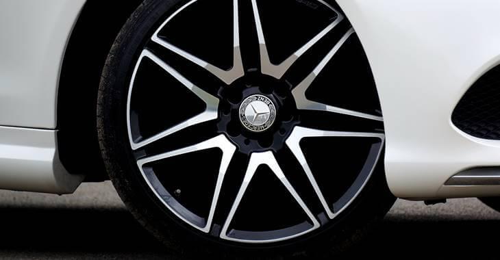 felna na točku belog automobila Mercedes