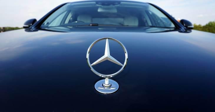prikaz znaka Mercedes na haubi