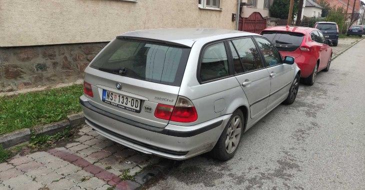 zadnji prikaz sivog automobila BMW 3