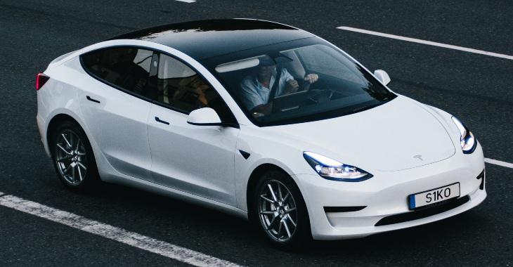 prikat belog Tesla automobila
