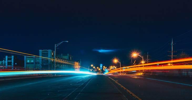 prikaz osvetljene ulice